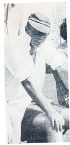 196805 Onderschrift: John Akkerman bij een artikel van zijn hand over hockey in Rhodesië.   Clubnieuws 29 (1967-1968) 2 (mei), p. 22