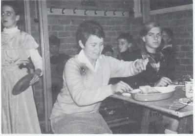 19671118 Onderschrift: eet smakelijk!  OPmerking: bij de viering van het 54-jarig bestaan van de DHV op 18 november 1967. Verslag in Clubnieuws.  M.i. rechts Henriette Rahusen (J.W.Blom)   Clubnieuws 29 (1968) 1, p.10  Fotograaf: onbekend Formaat: 8 x 6 Afdruk zw