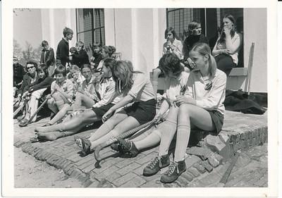 19710502 Achterop: datum foto 26.6.71 Opmerking: in Zutphen voor De Boedelhof.  Tweede van links Gerda Lievaart.  Dit is waarschijnlijk bij het toernooi in Zutphen op 2 mei 1971. Zie Clubnieuws 30 april 1971, p.2. Dit is dan Meisjes C1, deelnemers Coach mevr. Scholten. J. Volkerts, F. Pol, H. Bloemendal, C. van der Mandele, W. Tideman, M. Resius,, H. en C. van Groningen. Ik meen te herkennen keepster Yolande Volkerts, naast haar Hanneke Bloemendal.  Archief DHV. Schenking Lucrees van Groningen 6 oktober 2017. Fotograaf: onbekend  Formaat: 11 x 7 Afdruk zw