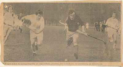19710404 Onderschrift: zie foto  Opmerking: volgens Ed van Orden 23 juli 2012 seizoen 1971-1972. Ed: eerst wonnen we in Enschede van DKS met 1-0, daarna verloren we thuis van ze met 1-0. Dit is de uitwedstrijd. Op 26 maart 1972 won D.K.S. van Deventer in Deventer met 1-0, dat klopt. Op 7 november 1971 won Deventer inderdaad bij D.K.S. met 1-0. Maar volgens het onderschrift is dit is een overwinning op Deventer.  Op 4 april 1971 won DKS in Enschede met 1-0 van Deventer. Inderdaad de laatste competitiewedstrijd. Zie Telescoop 9 april 1971. Vandaar de datering.     Collectie Ed van Orden Fotograaf: onbekend Formaat:21 x 11  Afdruk zw