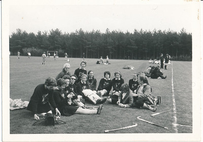 19710427 Achterop: datum foto: 26.6.71 Opmerking: in Clubnieuws 23 april 1971, p. 4: Sykotournooi 1971 te Dieren dinsdag 27 april. Opstelling: A. Reijers, H. Crince le Roy, L. Wolff, I. Jacobs, A. Houtzager, K. den Hertog, M. Borren, C. Ruskamp, G. Scheeffer, E. Hesseling, L. Ankersmit, R. van Groningen, M. ten Holter. Ik vermoed dat dit in Dieren is.  Vlnr voorste rij volgens jwblom: ?, ?, Adee Houtzagers,Gerda Lievaart, Gretha Scheeffer (keepster), ?, Loes Roos, ?, ?, ?, Rie van Groningen. Achtersterij: Lily Meyer, Corrie Ruskamp   Archief DHV. Schenking Lucrees van Groningen 6 oktober 2017.  Fotograaf: onbekend Formaat: 11x 8 Afdruk zw