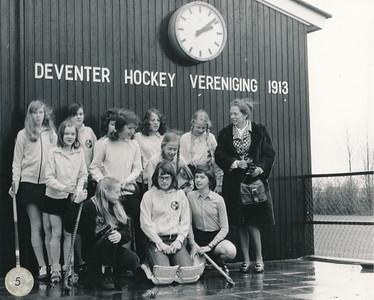 19720519 Achterop: meisjesB2 5. S 5.6/5  Opmerking: staat in Clubnieus 33 (1971-1972) 39, p. 6 en 7.  Met als onderschrift: Meisjes B2. In dat nummer foto's van diverse elftallen op dat moment. Helemaal rechts Rie van Groningen (de coach), naast haar met vlechten Hester van Groningen, schuin naar beneden Catrien van Groningen, ook met vlechten. Onder Hester Marijke Berghuis. Meisje linksboven keepster is Eugenie van Straaten.  Mededeling Rie van Groningen 9 februari 2012.  Opstelling in de Telescoop van 3 maart 1972: B2 (coach mevr. van Groningen), M. Resius, E. Schreuder, L. Lefferts, E. van Straaten, K. Willemsen, Ch. de Graaf, M. Jansen, C. van Groningen, C. Smit, H. van Groningen (22312). Hester was dus aanvoerder. Daar moest je afzeggen voor vrijdag 17.00 uur.   ArchiefDHVlossefoto Fotograaf: onbekend  Formaat: 13 x 11 Afdruk zw