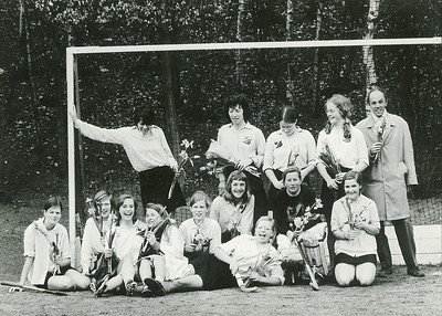 19720326 Achterop: 88 % (is gereproduceerd)  Opmerking: Dames 2 kampioen in Arnhem  Staand vlnr: Tim Dullaert, Adee Houtzagers, ?, Ella VFisser (?), Cess Looten (coach) Zittend vlnr: Lydia Lintner, Tineke Bloemendal, Marianne Yff, Saskia van Wieringen, Frieda Crince Le Roy, Rosemarijn Roes, Hanriette Rahusen, Gretha Scheeffer, Karin Ruskamp Deze foto is gescand door Hekkert t.b.v. artikel Telescoop maart 2010.  Deze foto is afgedrukt in de Telescoop jrg 33 (1971-1972) nr. 34 7 april 1972, p. 4 met als onderschrift: Dames II kampioen res.: 2e klasse B   Archief DHV losse foto Fotograaf: onbekend  Formaat: 15 x 11   Afdruk zw