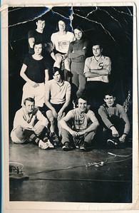 197212 Onderschrift: Het zaalhockeyteam van weleer met (van boven naar beneden vlnr) Han (Ypes), Maarten (van Orden), Hendrik (Jonker), Appie (Treffers), Maarten (Dirkzwager), Maarten (Rutgers), Carl (Broekhuijzen), Eddie (van Orden), Kees (Zeylemaker) De achternamen zijn door mij JWBlom toegevoegd. Maarten Dirkzwager meldde zich aan als lid in oktober 1971 en meldde zich af in augustus 1972.  Maarten Rutgers meldde zich aan in november 1971. Kees Zeylemaker meldde zich af in augustus 1972.  Moet dus zijn seizoen 1971-1972. In De Telescoop nergens een dergelijke samenstelling gevonden.  Opvallend is ook dat er geen keeper bij staat. Wel zijn het negen man, het aantal voor zaalhockey.   Foto hing in clubhuis achter bar. Zie foto clubhuis mini's 1980-1981.  Foto nog in clubhuis??   Collectie Ed van Orden rood Foto ook bezit JWBlom niet teruggevonden  Fotograaf: onbekend  Formaat: 14 x 9 Afdruk zw