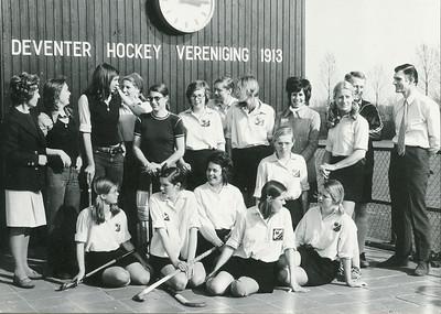 19720325 Achterop: 1971 Dames I kampioen en naar de 1e klasse 50 % Foto28-2 (dus gebruikt voor reproductie)  Opmerking: foto gemaakt op 25 maart 1972.  Staand vlnr: Corrie Ruskamp (coach), Marianne IJff, Hanneke Veldwijk (keepster), Carolien Persenaire, Anneke Reyers (keepster-invaller), Marretje Ruskamp, Paula Smit (nu Sparenberg), Marjan Volkerts, Wil Broekhuysen, Els Nuys, Carl Broekhuysen (trainer), Erik Kanters (voorzitter),  Zittend vlnr: Inge Bekendam, Rosalie Smit, Loes Ankersmit (-Roos) (aanvoerster), Marion Cremers (-Treffers), Henrietta (zo gespeld, Clubnieuws november 1954 geboorteaankondiging) Rahusen, Ellen Krudde (-Struyck)  Foto is gescand door Hekkert t.b.v. artikel in Telescoop maart 2010   Afgedrukt De Telescoop 1973 lustrumnummer p. 28 met als onderschrift: en atuurlijk bleven Dames I niet achter!   Archief DHV losse foto Fotograaf: onbekend Formaat: 15 x 11 Afdruk zw