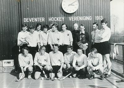 19720325 Onderschrift: 1971 Heren I Kampioen en aar 1 klasse 50 % foto 28-1 Dus voor reproductie  Foto gemaakt op 25 maart 1972.  Staand vlnr: Jan Willem Blom, Huib Michielsen, Maarten Dirkzwager, Eric de Borst, Bert Wanschers (helaas achter Han Ypes), Han Ypes, Albert Treffers, Jan Derckx (coach), Eeef Kooy (keeper), Erik Kanters (voorzitter), Cess Zeylemaker Gehurkt vlnr: Maarten van Orden, Peter Kipp, Eddy van Orden, Albert Visser (aanvoerder), Hendrik Jonker (trainer), Carl Broekhuysen  Foto iets ander moment dan die in De Telescoop.  Archief DHV losse foto  Fotograaf: onbekend Formaat: 15 x 11 Afdruk zw