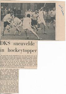 19711107nr04 Onderschrift: uit de Tubantia (met pen geschreven)  op achterzijde wereldkampioenschap dammen dat in mei 1972 wordt gehouden. En op 1 januari 1972 zal .. functie aanvaarden. Dus daarvoor.  Dit is bij DKS op 7 november 1971. Zie andere foto's.  M.i. van DHV vlnr Ed van Orden, Han Ypes en Huib Michielsen.   Collectie Han Ypes  Formaat: 24 x 18