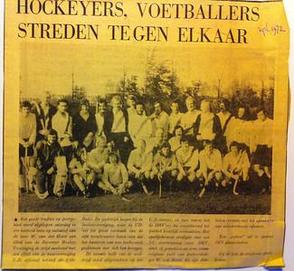19721028 Naam map op usb-stick: Hockey voetbal DHV UD Foto: IMG 4773  Opmerking: Artikel uit ws. Deventer Dagblad over treffen met UD. Zie verder originele foto.  Collectie Willem van der Horst