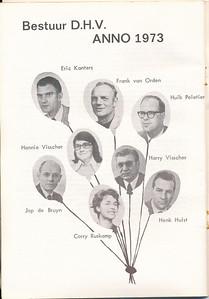 197311 Onderschrift: zie foto Opmerking: het bestuur in november 1973. Vergelijk ook de foto van het bestuur bij de receptie.   De Telescoop lustrumuitgave november 1973, p. 34  Fotograaf: onbekend Formaat: 19 x 12 Afdruk zw