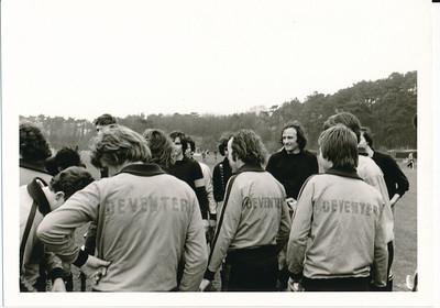 197403  Onderschrift: achterop 580 26.3.74  Opmerking: busreis naar ? Heren I met Dames I ? Ws. voorjaar 1974   ArchiefDHVlossefoto Fotograaf: onbekend  Formaat: 11 x 8  Afdruk zw