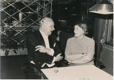 19731117  Lustrum1973 in Le Patineur 17 november 1973  Jan Wessel van Groningen in gesprek met Liesbeth Holthuis   ArchiefDHVlossefoto's  Fotograaf: onbekend  Formaat: 15 x 10  Afdruk zw