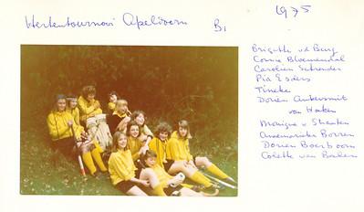 1975Hertennr1 Onderschrift: zie foto. Hertentournooi Apeldoorn B1 1975 Brigitte vd Burg, Connie Bloemendal, Carolien Schreuder, Pia Esders, Tineke, Dorien Ankersmit,  Van Hoeken, Monique v Straaten, Annemarieke Borren, Dorien Boerboom, Colette van Balen  Opmerking: helaas is de jaargang van De Telescoop 1974-1975 niet in het archief aanwezig. Ook in Hockeysport 1974-1975 niets gevonden. Meestal was het Hertentoernooi in april. In de toernooikalender in Hockeysport voor die maanden niets gevonden.  Aanvulling Riet van Noortwijk 11 april 2014: vlnr: Brigritte van der Burg, Connie Bloemendal, Carolien Schreuder (keepster), Pia Esders, Tineke ?, (geen Bloemendal), rij daarvoor Dorien Ankersmit, Pia (?). van Hoeken (met bril), daarachter Monique van Straten, vooraan liggend Annemariek Borren,  Dorien Boerboom en Colette van Balen     Collectie Van Noortwijk Fotograaf: ? Formaat: 13 x 9  Afdruk kleur