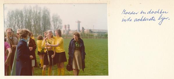 1975Dames2nr4 Opmerking: vlnr: Jan Wanschers, Rie van Groningen, Riet van Noortwijk, Lieke van Noortwijk, Henny Crince le Roy   Collectie Van Noortwijk  Fotograaf: ?  Formaat: 13 x 9  Afdruk kleur