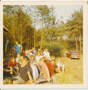 19750802 Onderschrift achterop; Hockeykamp deelnemers in het huisje v/d fam Dercks Opmerking: hoort bij andere foto links onder. Maar: rand is anders dan andere foto's.  Mogelijk deze foto en andere foto ander jaar. Deze twee foto's zijn Kodak en hebben witte rand. Andere foto's geen Kodak (helemaal niets) zonder witte rand.   Ed van Orden 10-9-2012: we gingen vanuit kamp in Vilsteren een keer eten bij het huisje van de familie Derckx (ook daar in de buurt?), Het was hetzelfde jaar.   Collectie Ed van Orden Fotograaf: onbekend Formaat: 9 x 9  Afdruk kleur