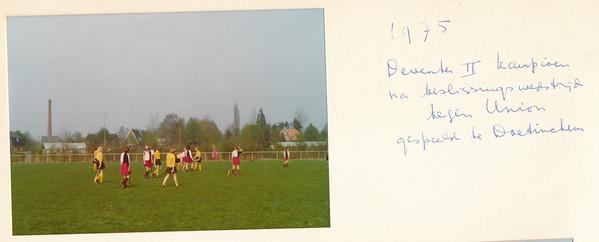1975Dames2nr1 Onderschrift: 1975 Deventer II kampioen en beslissingswedstrijd tegen Union gespeeld te Doetinchem  Opmerking: Riet van Noortwijk 11 april 2014: dit was de derde wedstrijd tegen Union. De eerste verloren we, er werd slecht gefloten, de tweede wonnen we, daarom beslissingswedstrijd. Daar was erg lang gras, dat was in ons voordeel. Op 11 april 2014 zei Riet dat het op promotiewedstrijden ging. Zie verder. Mogelijk toch ander jaar ?  Corrie Ruskamp was coach van dit elftal. Corrie nam altijd legguards mee. Als er dan 10 man waren, ging Corry in de goal. Ik heb toen gezegd, dat wil ik ook wel doen. Bij de promotiewedstrijden ging Marian Lankhout kepen. Ik werd toen achterspeelster samen met Lieke, mijn dochter.   In 1974-1975 eindigde Deventer 2 bovenaan met 23 punten voor Union III met 21 punten (Hockeysport nr. 34). Mogelijk eindigden deze elftallen gelijk en moesten er beslissingswedstrijden komen. Deventer 2 speelde volgens Hockeysport ed. 33 16 mei 1975 promotiewedstrijden tegen EHV 2. Op 8 mei 1975 won Deventer 2 met 2-0, op 11 mei 1975 won EHV 2 met 2-1. Nog niet gevonden wie promoveert.   Collectie Van Noortwijk Fotograaf: ? Formaat: 13 x 9 Afdruk kleur
