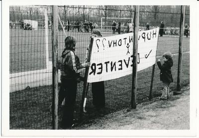 19750424 Achterop: datum afdruk 24.4.75 Opmerking: spandoek bij kennelijk belangrijke wedstrijd op veld 3.  Deventer speelde dat jaar in de 1e klasse. En eindigde als vierde van onderen (Hockeysport, nr. 34, 30 mei 1975). Waarschijnlijk dus een gevecht tegen degradatie.    Archief DHV. Schenking Lucrees van Groningen 6 oktober 1975. Fotograaf: onbekend Formaat: 11 x 7 Afdruk zw