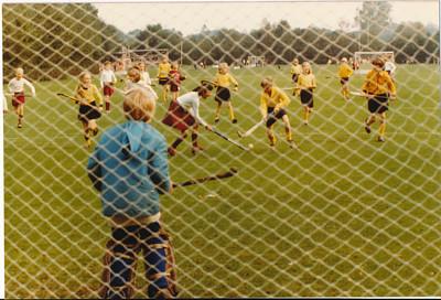 1980  Onderschrift: De wedstrijd. Niets achterop.  Opmerking: serie van drie foto's. Mogelijk in Hattem.    Clubhuis Album mini's  Fotograaf: onbekend  Formaat: 13 x 9   Afdruk kleur