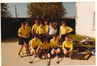 19800406nr5  Onderschrift: hockeytoernooi pasen 1980 Angers (Frankrijk) Het damesteam  Opmerking: Pasen was 6 en 7 april 1980   Collectie Suasso  Fotograaf: Edmee Suasso  Formaat: 15 x 10  Afdruk kleur
