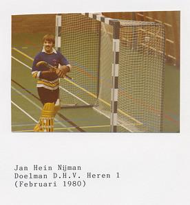 198002 Onderschrift: Jan Hein Nijman Doelman D.H.V. Heren 1 (Februari 1980)  Boek voor Hendrik Jonker mei 1992. Met daarin bijdragen van Heren 1 spelers