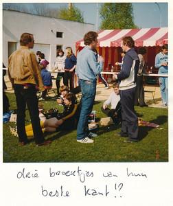 19800406nr8  Onderschrift: hockeytoernooi pasen 1980 Angers (Frankrijk) en zie foto. Opmerking: Pasen was 6 en 7 april 1980. Drie broertjes: Maarten, Frans en Ed van Orden  Collectie Suasso  Fotograaf: Edmee Suasso  Formaat: 9 x 9  Afdruk kleur