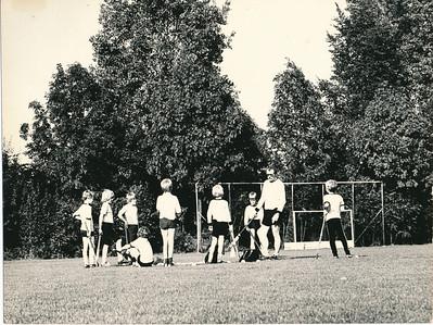 1980  Onderschrift: De training. Veel van de basistechnieken worden in spelvorm behandeld. Opmerking:   Clubhuis Album mini's  Fotograaf: onbekend  Formaat: 22 x 17 Afdruk zw