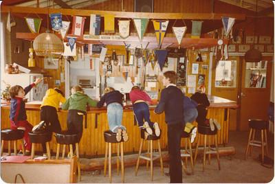 198011 Onderschrift: Wanner de training wordt afgelast Achterop November 80 Ws. afdruk datum  Verder de bestellers van deze foto: T. Scolit ??? 2 x T. Slinger 1 M. Frieling 1 Bartho  Annelien Zorn 2x  Opmerking: Jongen in geel jack tweede van links is Arjen Slinger (med. T. Slinger 5 oktober 2016).   Clubhuis Album mini's  Fotograaf: onbekend  Formaat: 15 x 11   Afdruk kleur