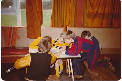 198011 Onderschrift: Heden tot spelen met elkaar! Achterop November 80 ws. afdrukdatum  Besteller: Sophie D.  Opmerking: Clubhuis Album mini's  Fotograaf: onbekend  Formaat: 15 x 11 Afdruk kleur