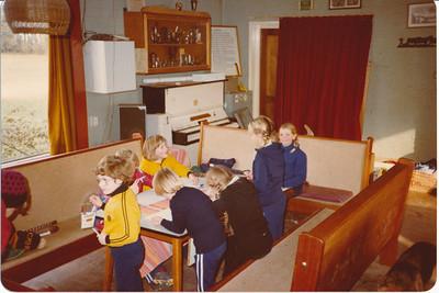 198011 Onderschrift: Wanner de training wordt afgelast. Achterop November 1980 ws. Afdrukdatum   Opmerking:   Clubhuis Album mini's  Fotograaf: onbekend  Formaat: 15 x 11  Afdruk kleur