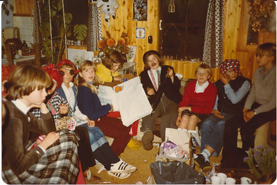 198012 Onderschrift:  Achterop: December 80  Opmerking: ws. bij Ed thuis. Sinterklaasavondje?  Zie ook fotocollage aan de muur.    Clubhuis Album mini's  Fotograaf: onbekend  Formaat: 15 x 11  Afdruk kleur