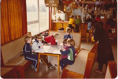 198011 Onderschrift: Heden tot spelen met elkaar! Achterop: November 80 ws. afdrukdatum  Besteller: T. Scott  Opmerking:   Clubhuis Album mini's  Fotograaf: onbekend  Formaat: 15 x 11  Afdruk kleur