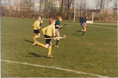 1980nr02 Achterop: 1980 voorgrond Rutger Jan Loenen  Opmerking: serie van drie foto's   Collectie Loenen Fotograaf: onbekend  Formaat: 13 x 9 Afdruk kleur