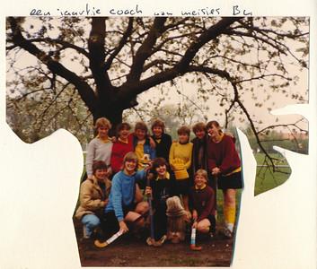1982 Onderschrift: zie foto  Opmerking: dus MB4, Edmee Suasso 6de staand van links   Collectie Suasso Album 81-82 Fotograaf: onbekend Formaat: 12 x 1 Afdruk kleur
