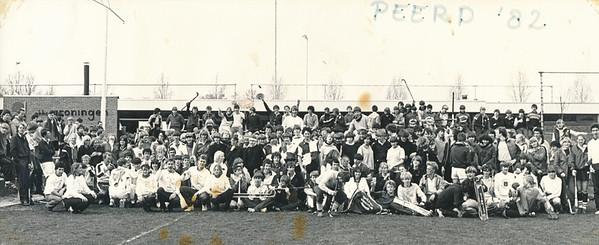 19820408 Onderschrift: Peerd '82  Opmerking: Peerd va Ome Luks was een bekend toernooi in Groningen. Er zullen Deventernaren opstaan, nog niet gevonden. Waarschijnlijk het toernooi Peerd van Ome Loeks van Hockeyclub Groningen op 8 en 9 april 1982. Meijsjes A2 deed hier aan mee samen met J A2 mixed: C. Ankersmit, H. van Hoogstraten,S. van Galen, E. Groeliker, A. de Mooy, G. Zieverink. Jongens: M. van Straaten, H. Kuipers, S. Wessels, F. van Lent, J. Terlingen,   De Telescoop 30 maart 1982 p.6 en p. 7 .    ArchiefDHVlossefoto Fotograaf: onbekend Formaat: 30 x 12  Afdruk zw