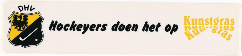 Sticker voor actie  Opmerking: nog onduidelijk welk jaar. Ook 1983? Of 1995?  Het woord Hockeyers is uitgeknipt en geplakt in schrift jeugdbestuur 1988.  Daarom ws. 1983. Oook op kaft boek Hendrik Jonker Bijdragen 2 mei 1992.   Collectie Jeroen Kok  Formaat: 28 x 6