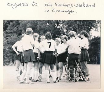 198308 Onderschrift: zie foto  Opmerking: trainingsweekend Dames I ? augustus 1983 in Groningen   Collectie Suasso Fotograaf: onbekend Formaat: 14 x 11 Afdruk zw