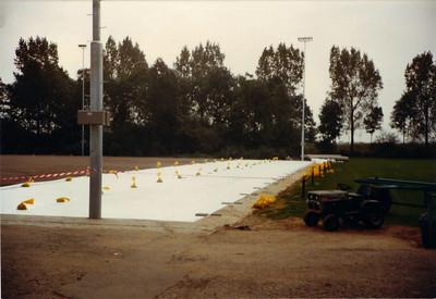 198308 Aanleg kunstgrasveld zomer 1983   CollectieEdvanOrden  Fotograaf: onbekend  Formaat: 10 x 15  Afdruk kleur