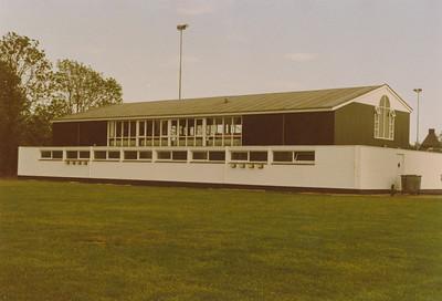 198808 Niets achterop Het nieuwe clubhuis   CollectiePollmann Fotograaf: Maarten Pollmann  Formaat: 15 x 10  Afdruk kleur