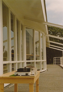 198806 Niets achterop De maquette van het nieuwe clubhuis op het balcon van het nieuwe clubhuis   CollectiePollmann Fotograaf: Maarten Pollmann  Formaat: 15 x 10  Afdruk kleur