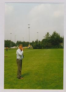 1988 Onderschrift: geen  Opmerking: Arie van Noortwijk fluit. Vanwege plaats in Album geplaatst bij 1988.  Collectie Van Noortwijk Fotograaf: onbekend Formaat: 15 x 11  Afdruk kleur
