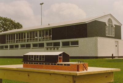 198806 Niets achterop Opmerking: een maquette van het oude clubhuis voor het nieuwe clubhuis   Collectie Pollmann Fotograaf: Maarten Pollmann  Formaat: 15 x 10  Afdruk kleur