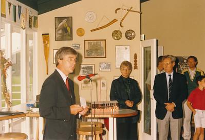 19880910  Achterop: niets, is echter 10-9-1988  Opmerking: Reinout Kasteleijn houdt toespraak namens SHAD ?   CollectiePollman  Fotograaf Pollmann  Formaat: 15 x 10  Afdruk kleur