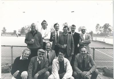 19881022  Onderschrift:  (staand vlnr:) Willy Leonart, Mart Petri, Henk Schut, Roeland Everwijn, Abel Wisman, Gerti Stenvert (knielend vlnr;) Jan Willem Blom, Evert Jan (EJ genaamd) van Tongeren, Rutger Loenen, Jan Willem Holthuis, Peter Krudde. Willem van der Veer ontbreekt, hij nam foto  Foto genomen tijdens Reunisten receptie '88 (was op zaterdag 22 oktober 1988, jwb)  Opmerking: het oude Jongens A/Heren III uit zestiger jaren   Collectie Rutger Loenen Fotograaf: Willem van der Veer (med. WvdVeer 6 -11-2012)  Formaat: 15 x 11 Afdruk zw