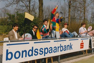 199004  Achterop: Jongens A1 Oostelijk kampioen April 1990   CollectiePollmann  Fotograaf: Pollmann  Formaat: 15 x 10  Afdruk kleur
