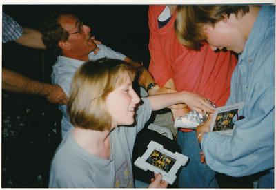 199005 Onderschrift: mei 1990 team borrel en barbeque bij Mette  Opmerking: de foto (zie deze gallery) wordt bekeken   Collectie Suasso Fotograaf: Edmee Suasso?  Formaat: 15 x 10 Afdruk kleur