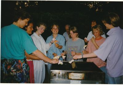 199005 Onderschrift: mei 1990 team borrel en barbeque bij Mette  Collectie Suasso Fotograaf: Edmee Suasso ?  Formaat: 15 x 10 Afdruk kleur