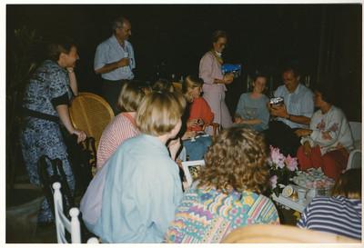 199005 Onderschrift: mei 1990 teamborrel en barbeque bij Mette (=Hazenberg)  Ed van Orden krijgt kadootje van team.   Collectie Suasso Fotograaf: Edmee Suasso?  Formaat: 15 x 10 Afdruk kleur