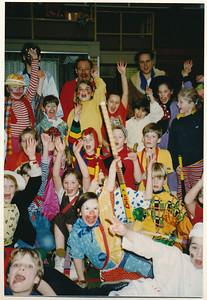 """199102nr03 Onderschrift: 1990 Carnaval in de zaal. Sporthal """"Zandweerd"""" Opmerking: kleding etc. komt volledig overeen met de twee foto's met onderschrift 1991.  Dus het is of alle 3 1990 of alle drie 1991. Niets gevonden Telescoop. Voorlopig geplaatst bij 1991.   Collectie Ed van Orden Fotograaf: onbekend Formaat: 15 x 11 Afdruk kleur"""