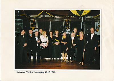 19931119 Onderschrift: zie foto  Opmerking: de lustrumcommissie 1993 vlak voor het feest in Boode in Bathmen. Vlnr: Hein Dikkers, Tinus Blom, Hendrijk Jonker (voorzitter), Frank van Orden, Ans Coppes, mevrouw Pierik, Dorien Hartog, Marina Wijers, Tineke Jonker, Jan Willem Blom, Hanneke Willebrand, Harry van 't Hof  Foto ook in Telescoop nr.2 december 2011  Foto daar gescand door Gea Zieverink. Deze door JWB in kleur 600 dpi   CollectieJWBlom Fotograaf: onbekend Formaat: 22 x 15 Afdruk kleur