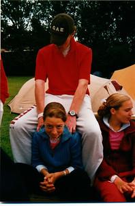 ToernooiMBnr4 Achterop: 2002 tournooi Frank Geers masseert Mariëlle Jaspers ernaast Madelief Buijs   Collectie MGV  Fotograaf: ? Formaat: 15 x 10  Afdruk Kleur