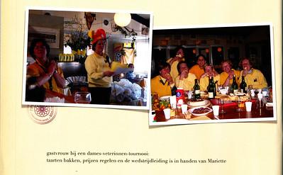 20030313 Onderschrift: zie foto Opmerking: uit boek voor Mariette van Gelein Vitringa van Marjolijn Jaspers. Rechter foto al aanwezig. Linker foto m.i. ook bij Syko-toernooi 13 maart 20013. Vergelijk kleding.  Op de rechter foto vlnr Marina Wijers en Mariette Van Gelein Vitringa.   Collectie MGV Fotograaf: Marjolijn Jaspers Formaat: linker foto 12 x 9 Afdruk kleur